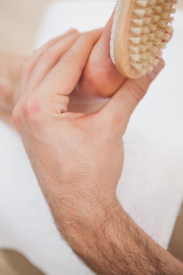 Pedicure het borstelen klantenvoet stock foto's