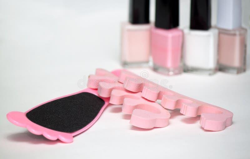 Pedicure in roze die kleuren wordt op wit worden geïsoleerd geplaatst dat stock afbeelding