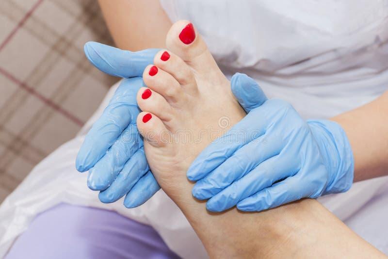 Pedicure'u nawilżania wkuwanie po tym jak nieżywego skóra zmywacza raszpli nożna kobieta w gwoździa salonie zdjęcie stock