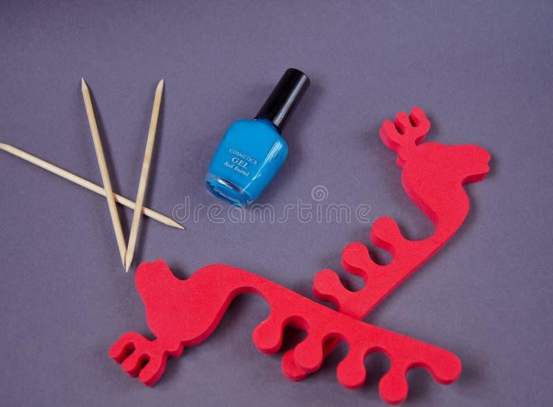 Pedicurereeks die uit kalk, opperhuidvlekkenmiddel, nagellak, kom met middel om nagellak te verwijderen, kom met katoen, separato stock foto