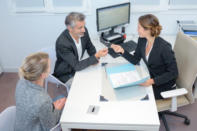 Pedido de empréstimo no escritório fotos de stock royalty free