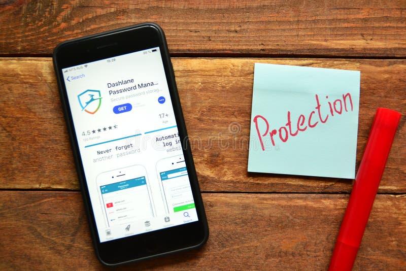 Pedido móvel para senhas de salvamento e de controlo em um smartphone fotografia de stock royalty free