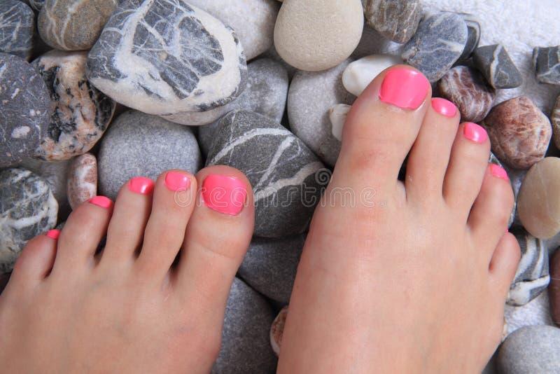 Pediküre mit rosa Nägeln lizenzfreie stockfotografie