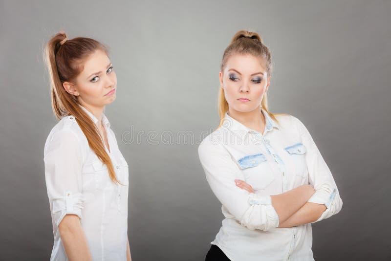Pedir da mulher desculpa-se a seu amigo ofendido após a discussão imagens de stock
