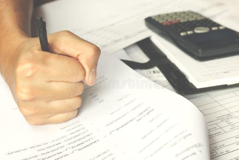 Pedir humano o esforço do sofrimento da ajuda que faz contas e faturas domésticas do documento da contabilidade fotos de stock
