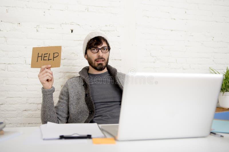Pedir ocupado do homem de negócios latino-americano cansado novo do moderno o esforço do sofrimento da ajuda imagem de stock royalty free