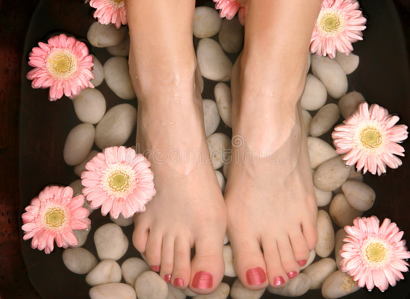 Pedispa de relaxamento aromático do banho do pé fotos de stock