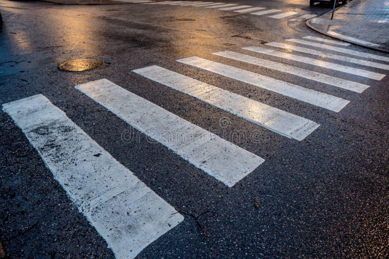 Pedone che attraversa asfalto bagnato immagini stock libere da diritti