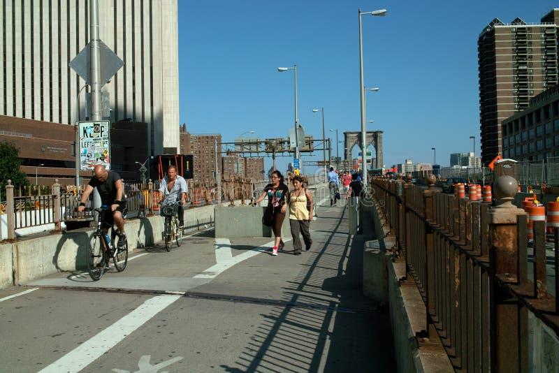 Pedoni del ponte di Brooklyn e ciclisti New York fotografia stock libera da diritti