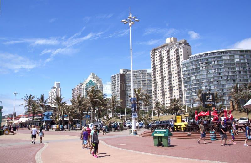 Pedoni su passeggiata di Durban fronte mare, Sudafrica fotografia stock libera da diritti