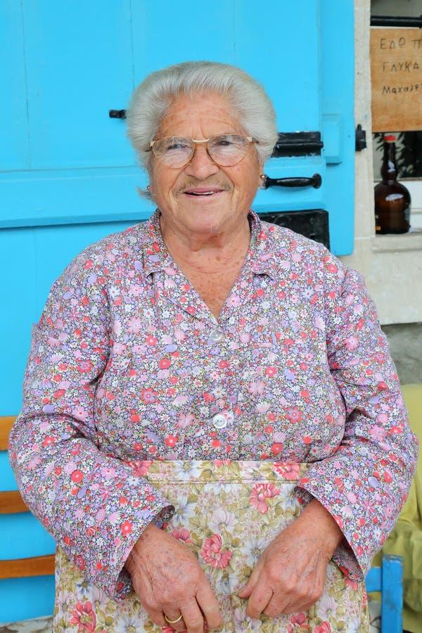 PEDOULAS, ΚΎΠΡΟΣ - 15 ΝΟΕΜΒΡΊΟΥ 2015: Πορτρέτο μιας χαμογελώντας ηλικιωμένης γυναίκας στα βουνά Troodos στοκ εικόνες με δικαίωμα ελεύθερης χρήσης