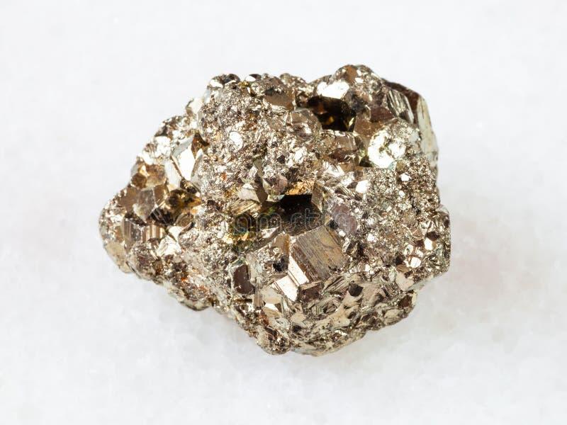 Pedra áspera da pirite de ferro no branco imagem de stock royalty free