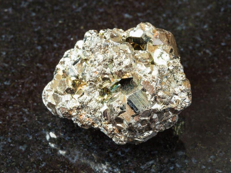 Pedra áspera da pirite de ferro no preto foto de stock royalty free