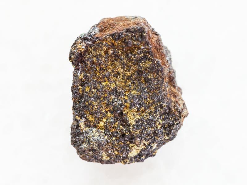 pedra áspera de magnetita (minério de ferro) no mármore branco imagens de stock royalty free