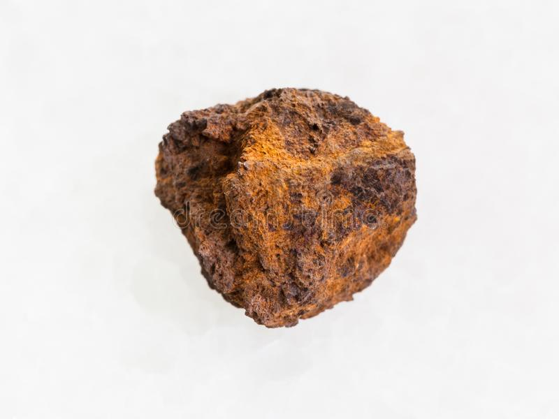 pedra áspera do limonite (minério de ferro) no mármore branco imagem de stock royalty free