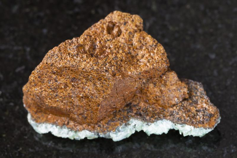 pedra áspera do minério de ferro do pântano (limonite) na obscuridade fotos de stock royalty free