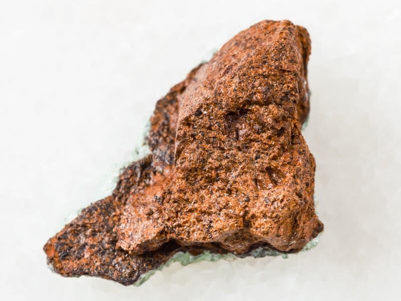 pedra áspera do minério de ferro do pântano (limonite) no branco imagem de stock royalty free