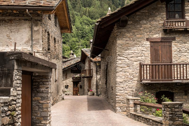 A pedra alpina típica abriga a vila foto de stock royalty free