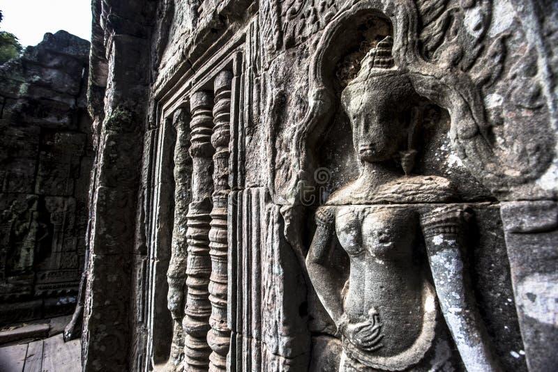 Pedra antiga do dançarino do apsara de Siem Reap Angkor Wat que cinzela na parede e na coluna fotos de stock royalty free