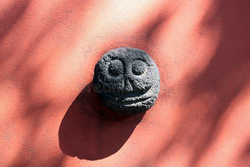 A pedra asteca mexicana fez o dia de esqueleto dias de los muertos do crânio da morte inoperante imagens de stock royalty free