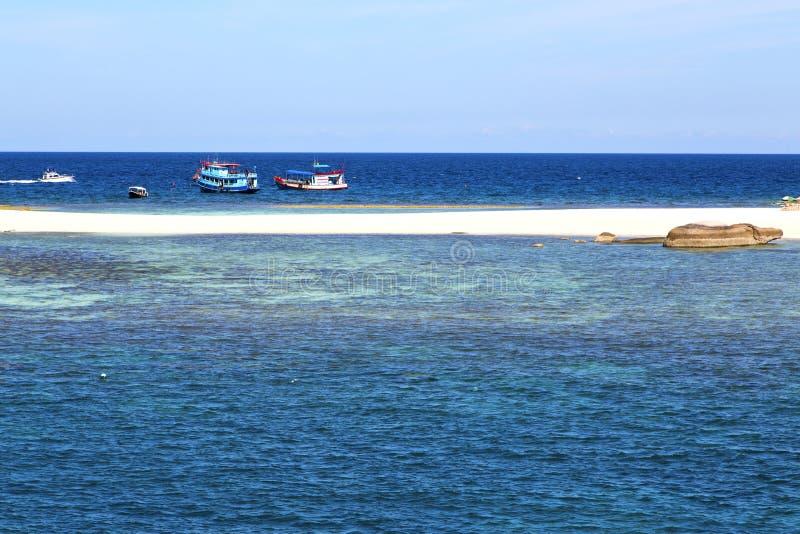 pedra azul da lagoa no barco do sumário da baía de tao do kho de Tailândia fotografia de stock