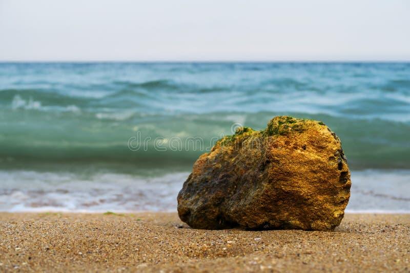 Pedra brilhante no litoral foto de stock