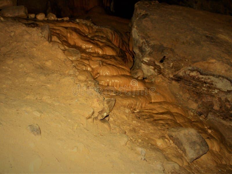 A pedra calcária conecta para baixo a caverna foto de stock royalty free