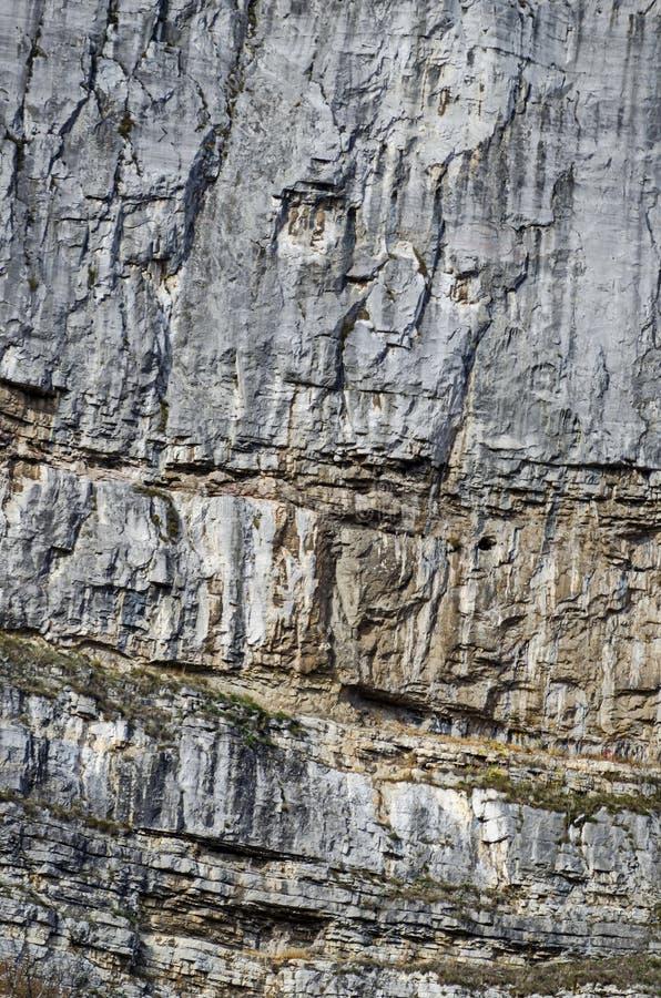 A pedra calcária de Lakatnik balança pelo desfiladeiro do rio de Iskar na montanha de Balcãs imagem de stock