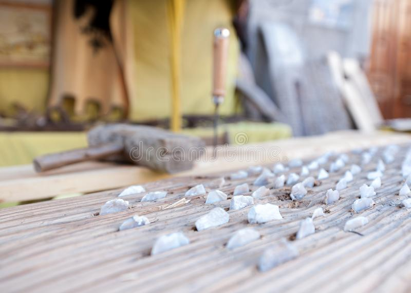 Pedra cinzelada usada em equipamentos do campo para o trigo imagens de stock