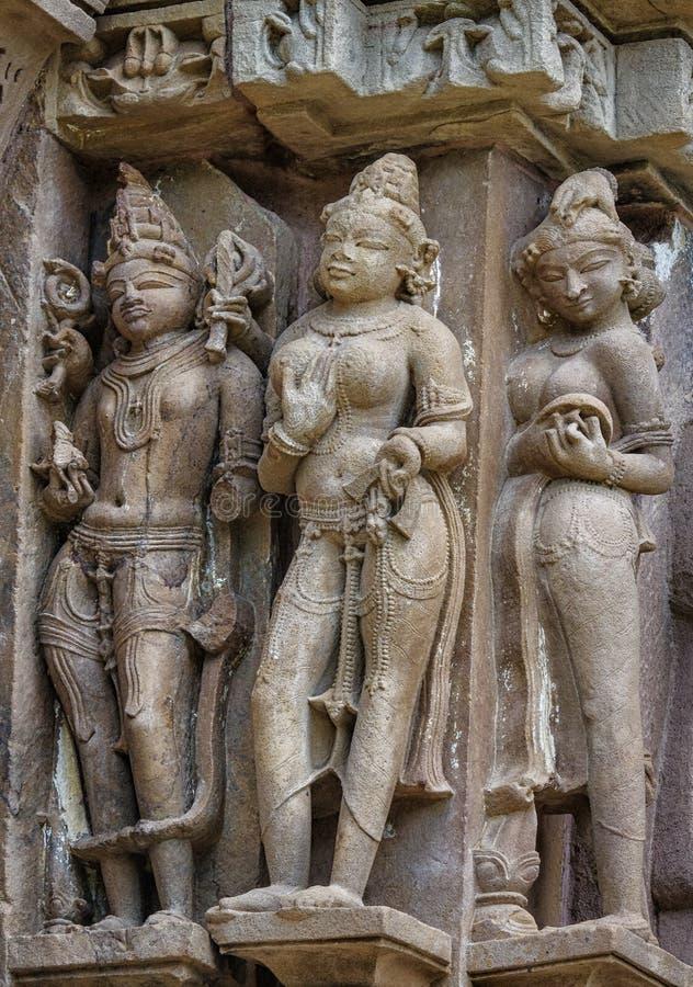 A pedra cinzelou o relevo de bas erótico no templo hindu em Khajuraho, Índia fotos de stock