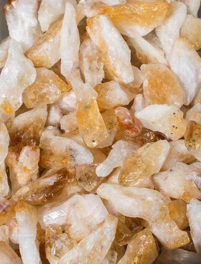 pedra citrina do semigem como cristais minerais do geode da rocha imagens de stock