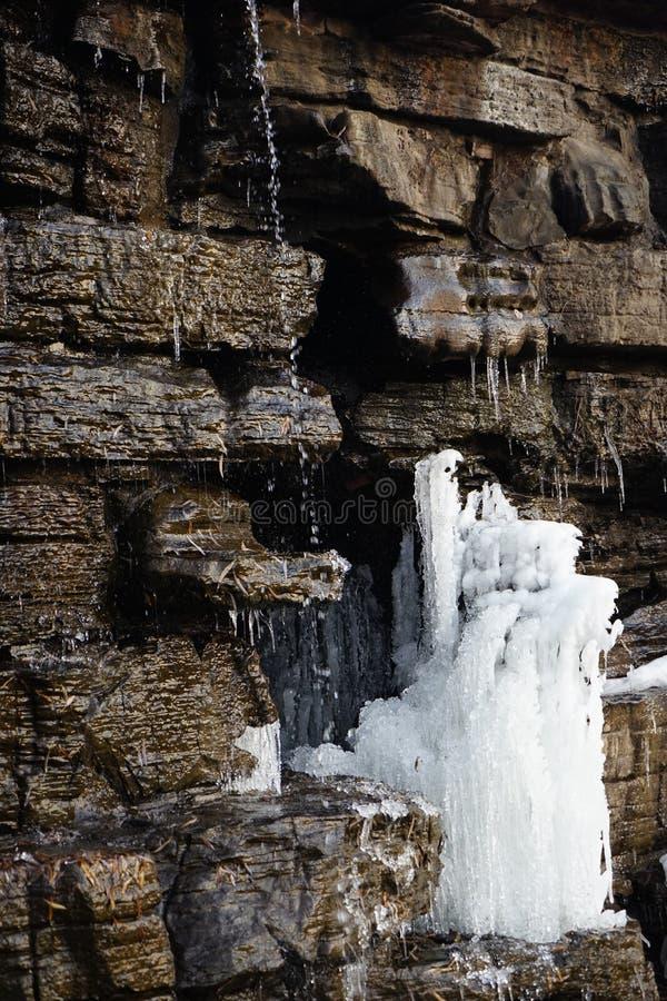 Pedra com gelo no inverno imagens de stock royalty free