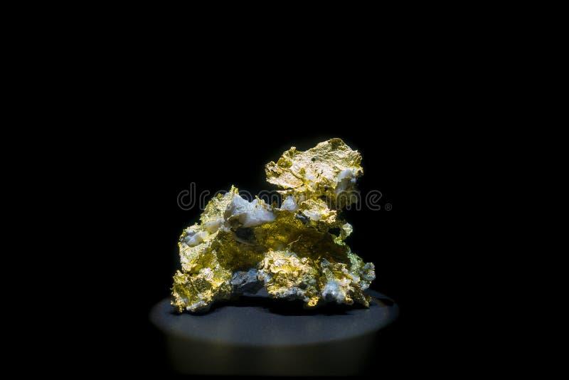 Pedra com ouro em torno de sua estrutura no Museu Nacional da ciência natural em Orlando Houston nos EUA, em um preto imagens de stock