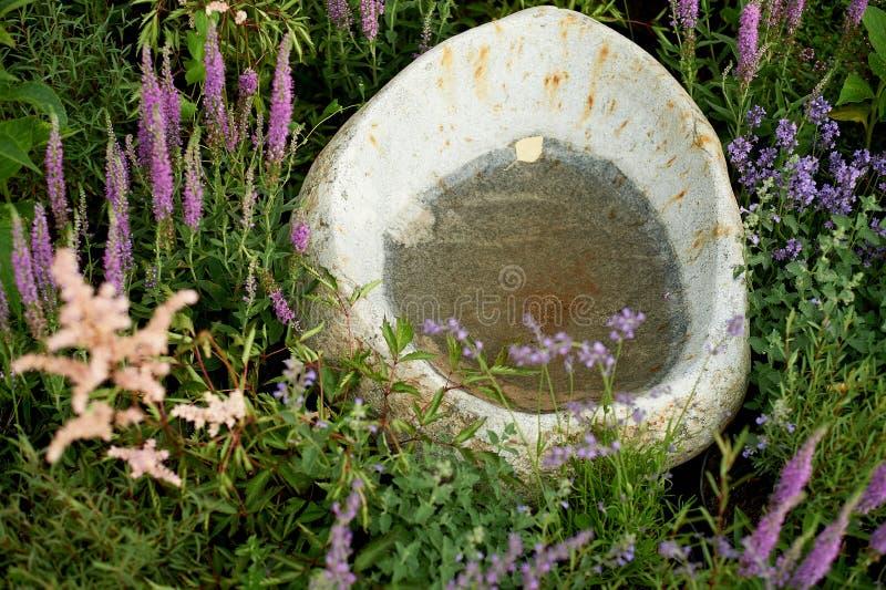 Pedra com um rebaixo para a água, embarcação de pedra para a decoração do jardim, parque fotos de stock
