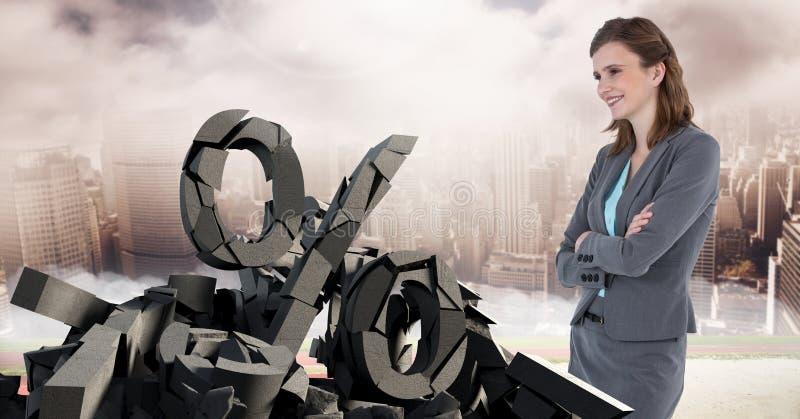 Pedra concreta quebrada com símbolo da porcentagem e mulher de negócios na arquitetura da cidade fotos de stock
