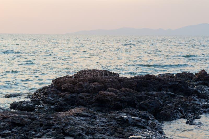Pedra contra o mar fotos de stock royalty free