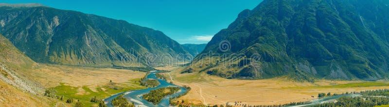 A pedra cresce rapidamente rochas em montanhas de Altai perto do rio Chulyshman Sibéria, Rússia fotos de stock
