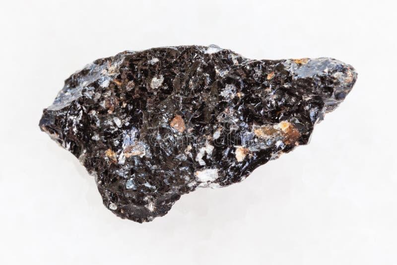 pedra crua da obsidiana (vidro vulcânico) no branco imagem de stock royalty free