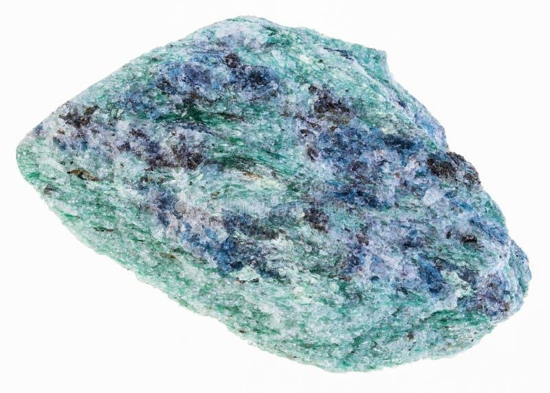 pedra crua do fuchsite (mica do cromo) no branco fotografia de stock royalty free