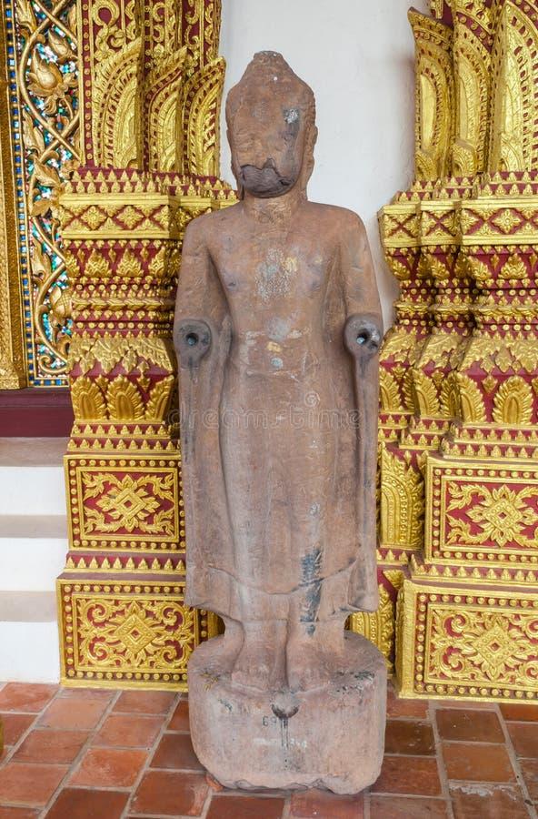 A pedra de cinzeladura antiga da estátua ereta da imagem da Buda envelheceu sobre 400 anos em mal estado imagens de stock royalty free