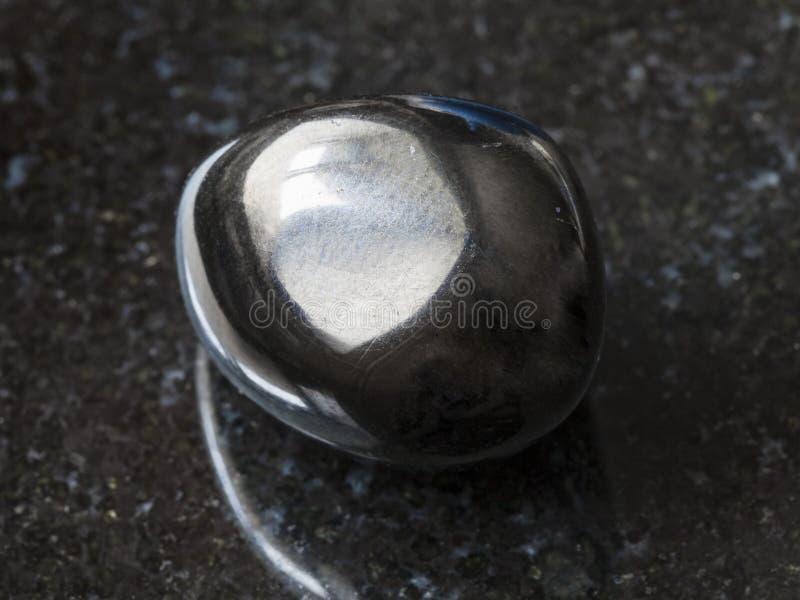 pedra de gema lustrada de Gagate (jato) na obscuridade imagens de stock royalty free