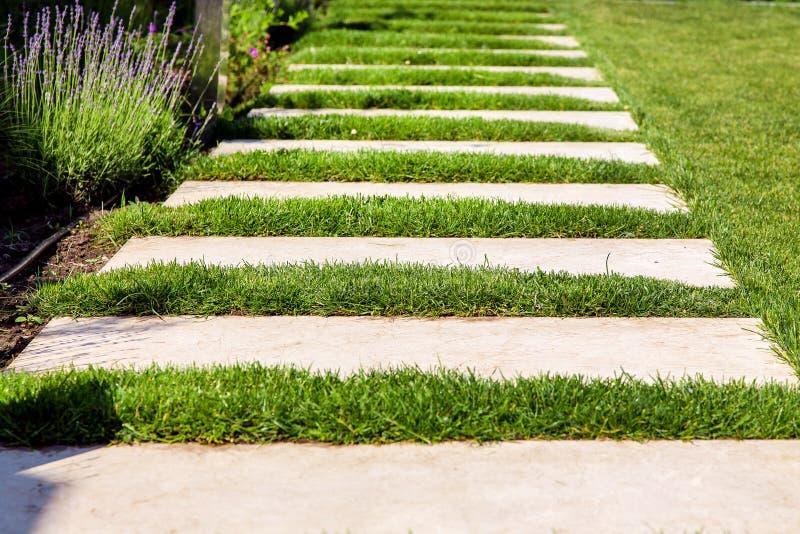A pedra de mármore telha um gramado verde imagem de stock royalty free