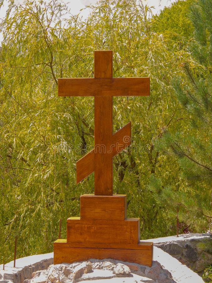 Pedra de madeira ortodoxa numa tombstone fotografia de stock