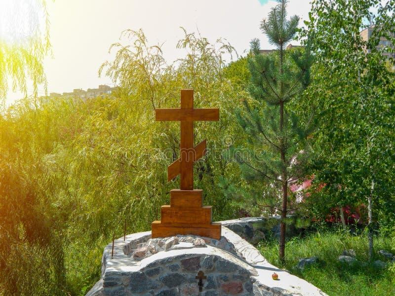 Pedra de madeira ortodoxa numa tombstone fotos de stock