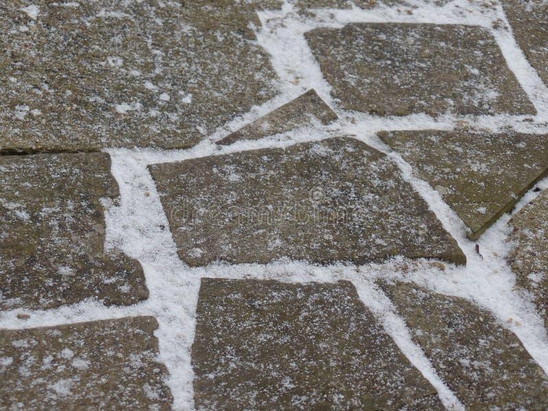 Pedra de pavimentação louca coberta na neve imagens de stock royalty free
