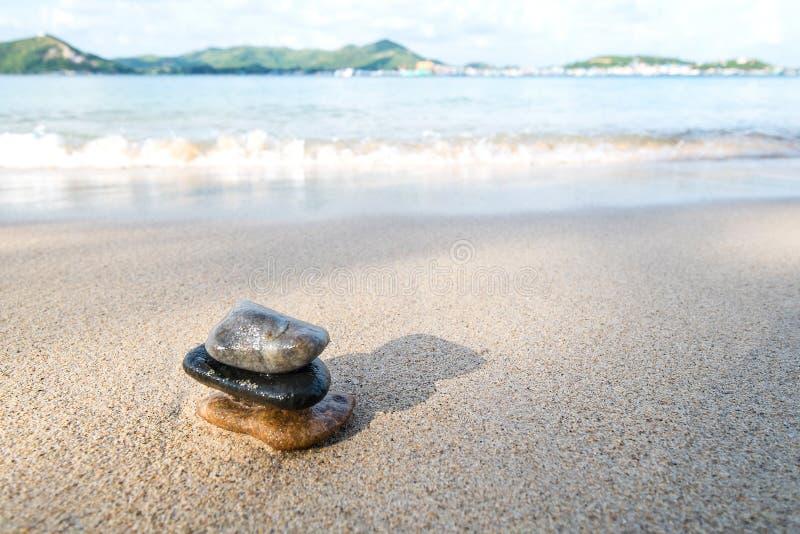 Pedra do equilíbrio na praia fotografia de stock