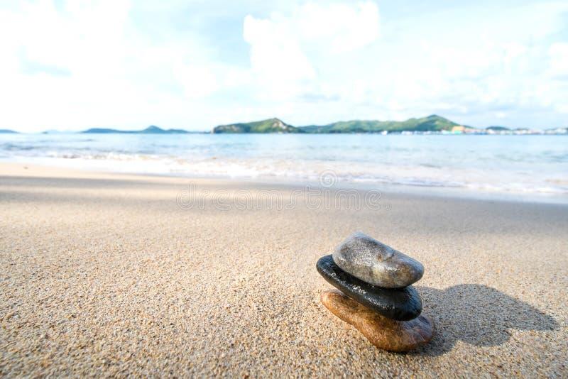 Pedra do equilíbrio na praia fotografia de stock royalty free