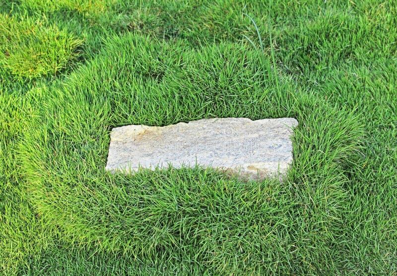 Pedra do granito com beira da grama foto de stock royalty free