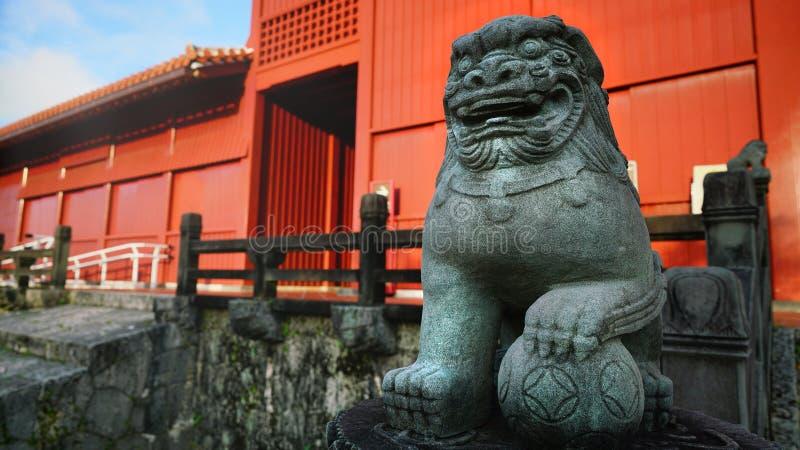 Pedra do leão de Shisa na porta de Hoshimmon, castelo de Shuri foto de stock