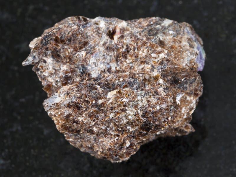 Pedra do Phlogopite com o cristal do corindo na obscuridade fotos de stock